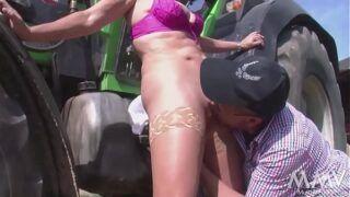 Fodendo a mulher no campo em video prono
