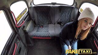 Sexo no carro com novinha gostosa