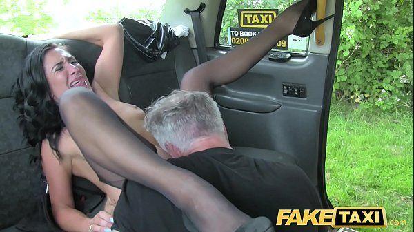 Morena safada dando a buceta no carro em brasileirinha porno